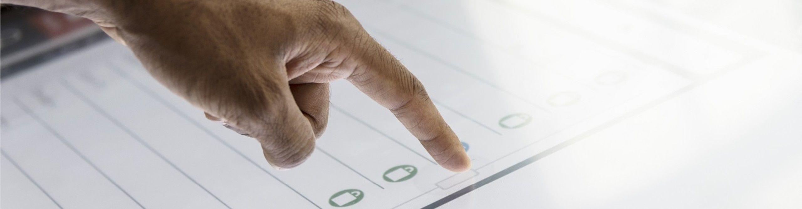 Weißer Touchscreen mit Hand